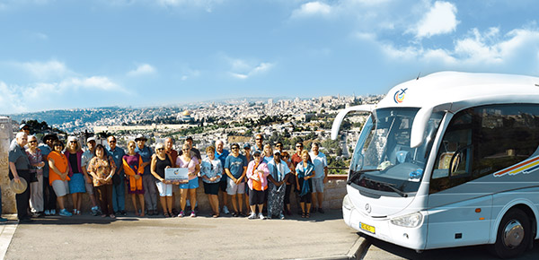 Grupo de turistas con Jerusalen en el fondo