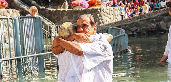Un bautismo en el Rio Jordan