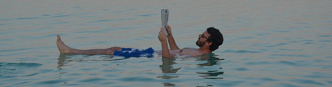 Flotando en las aguas del Mar Muerto