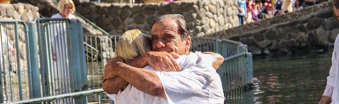 Un abrazo durante un bautismo en el Rio Jordan