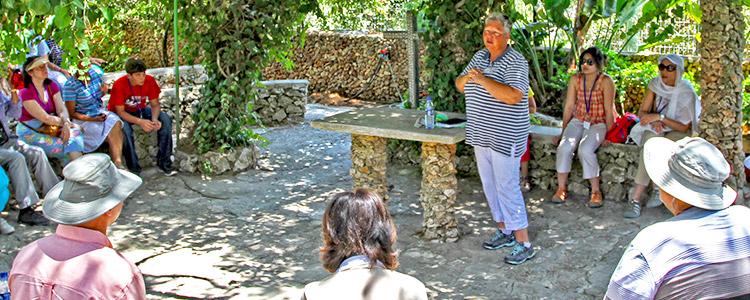Un charla frente a los lugar bíblico