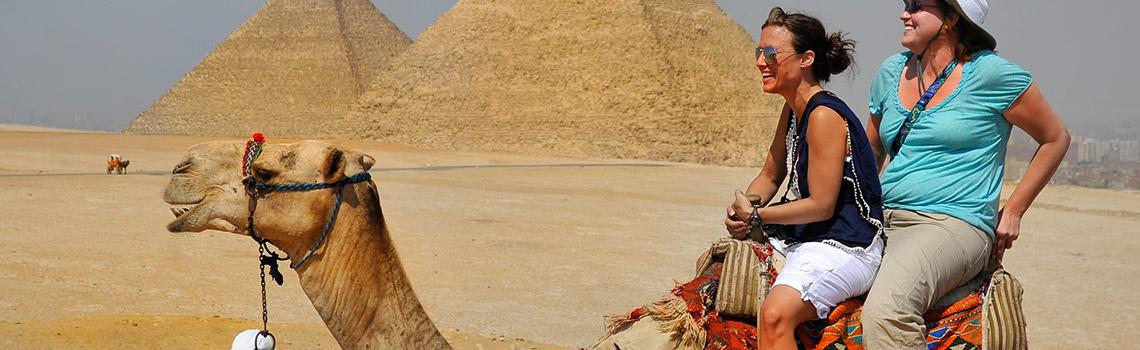 Montando los camellos en Egipto