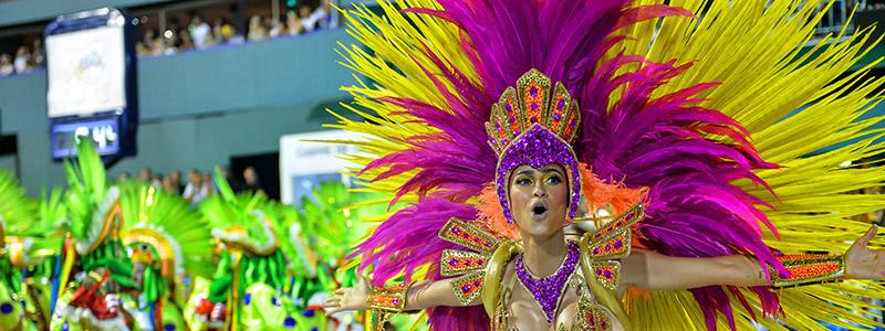 Asistir al desfile de samba en el carnaval brasileño